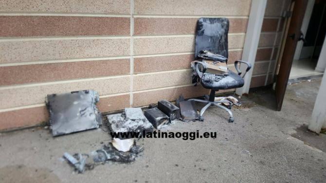 Ufficio In Fiamme : Fiamme da un ufficio lincendio nel centro commerciale aprilia2 la