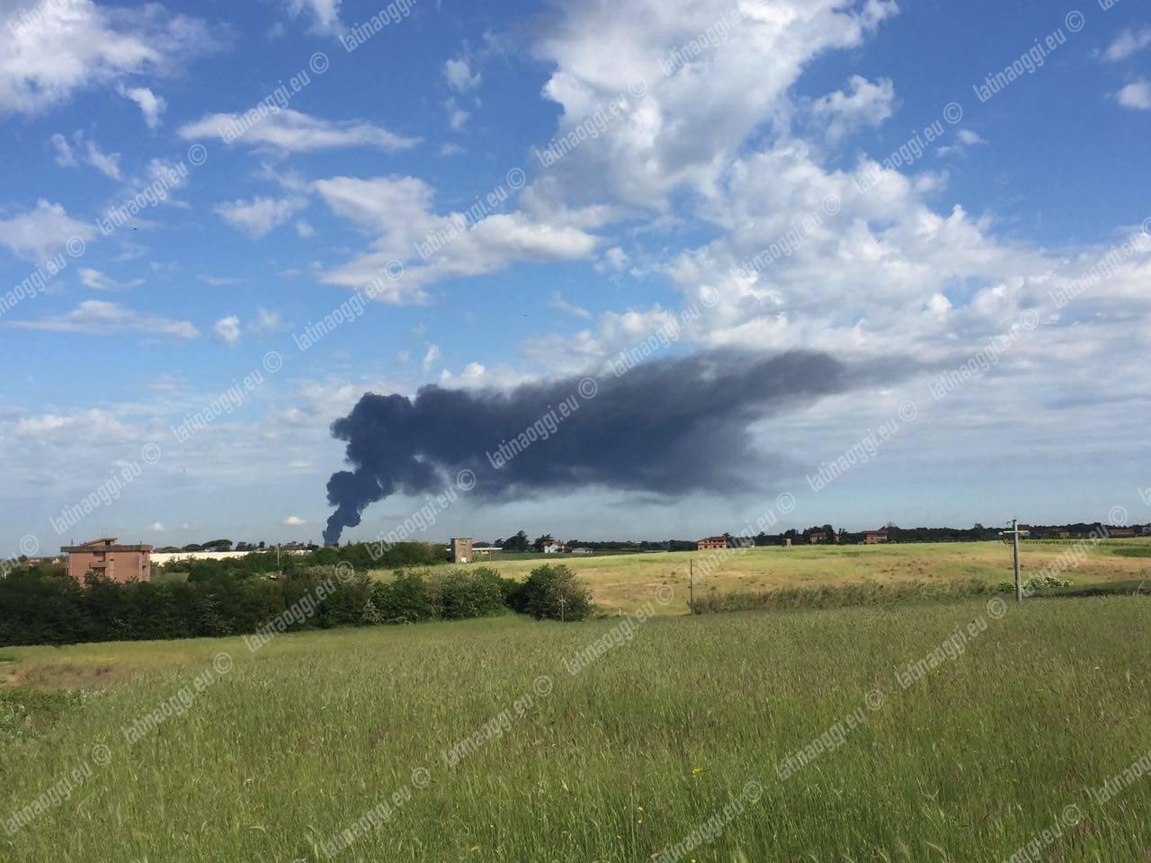 Roma: a fuoco deposito di rifiuti industriali, enorme nube nera