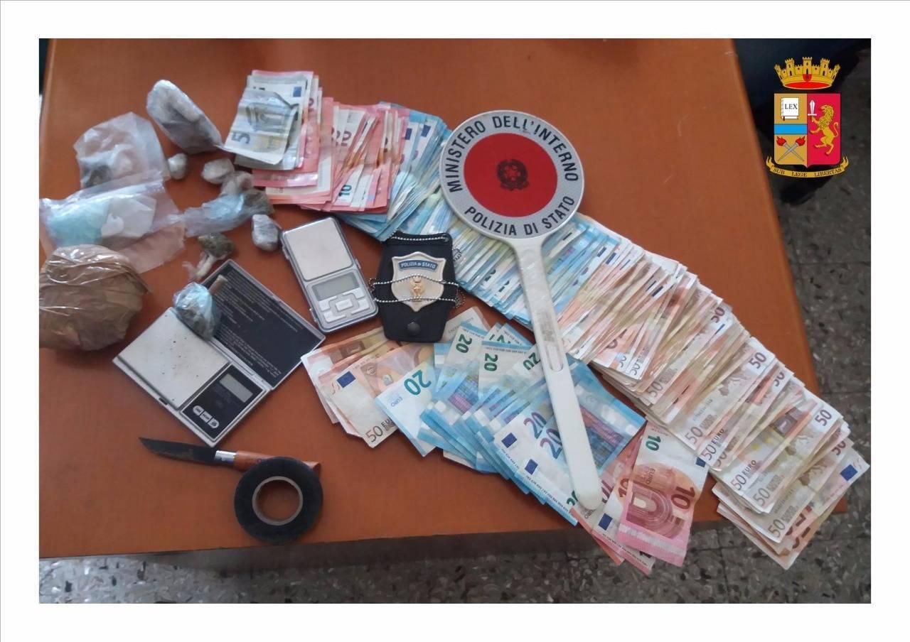 Hashish e marijuana nascosta nel giubbino e 8mila euro in camera da letto arrestato un 30enne - Telecamera nascosta camera da letto ...