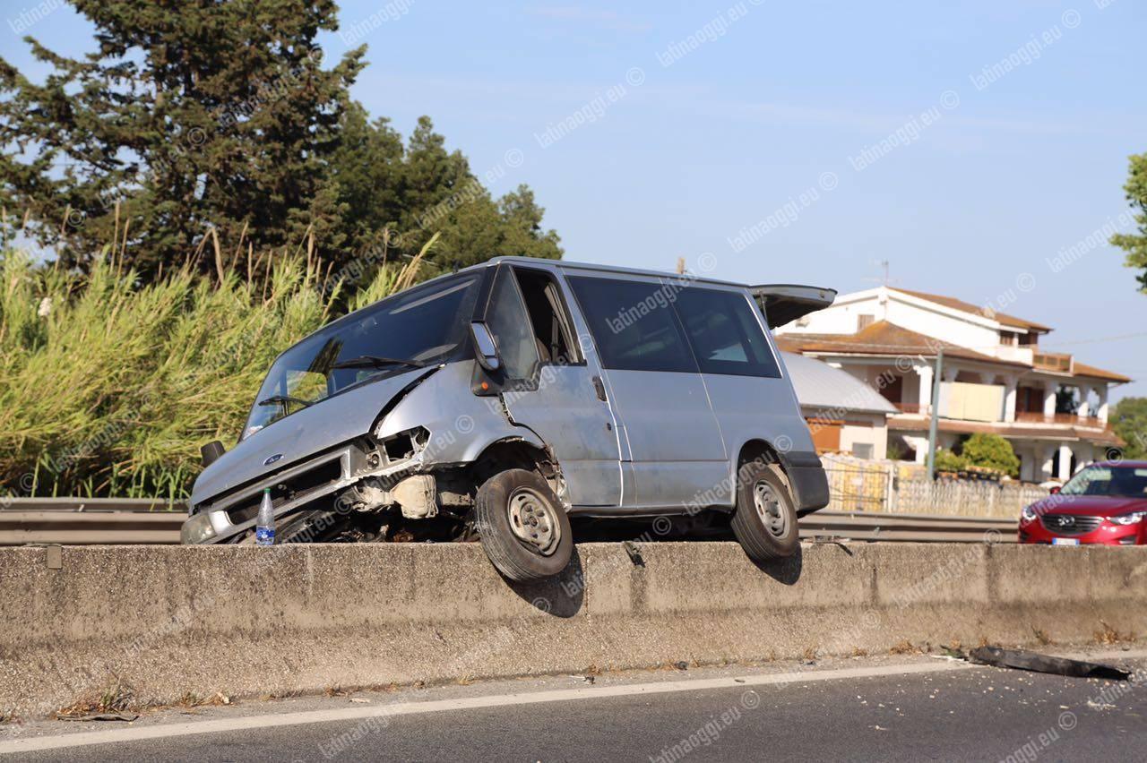 Minibus si schianta contro lo spartitraffico, Pontina in tilt