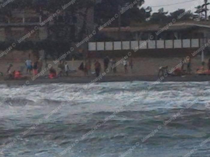 Terracina, un uomo salva 3 bimbi e annega: grave un'altra donna