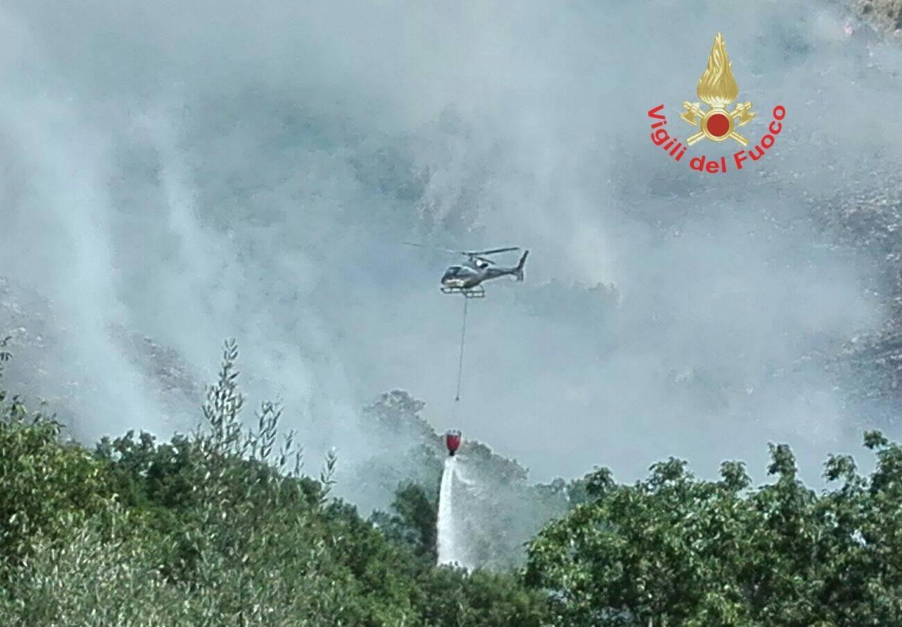 Incendio in montagna, corsa contro il tempo per bloccare l'avanzata delle fiamme