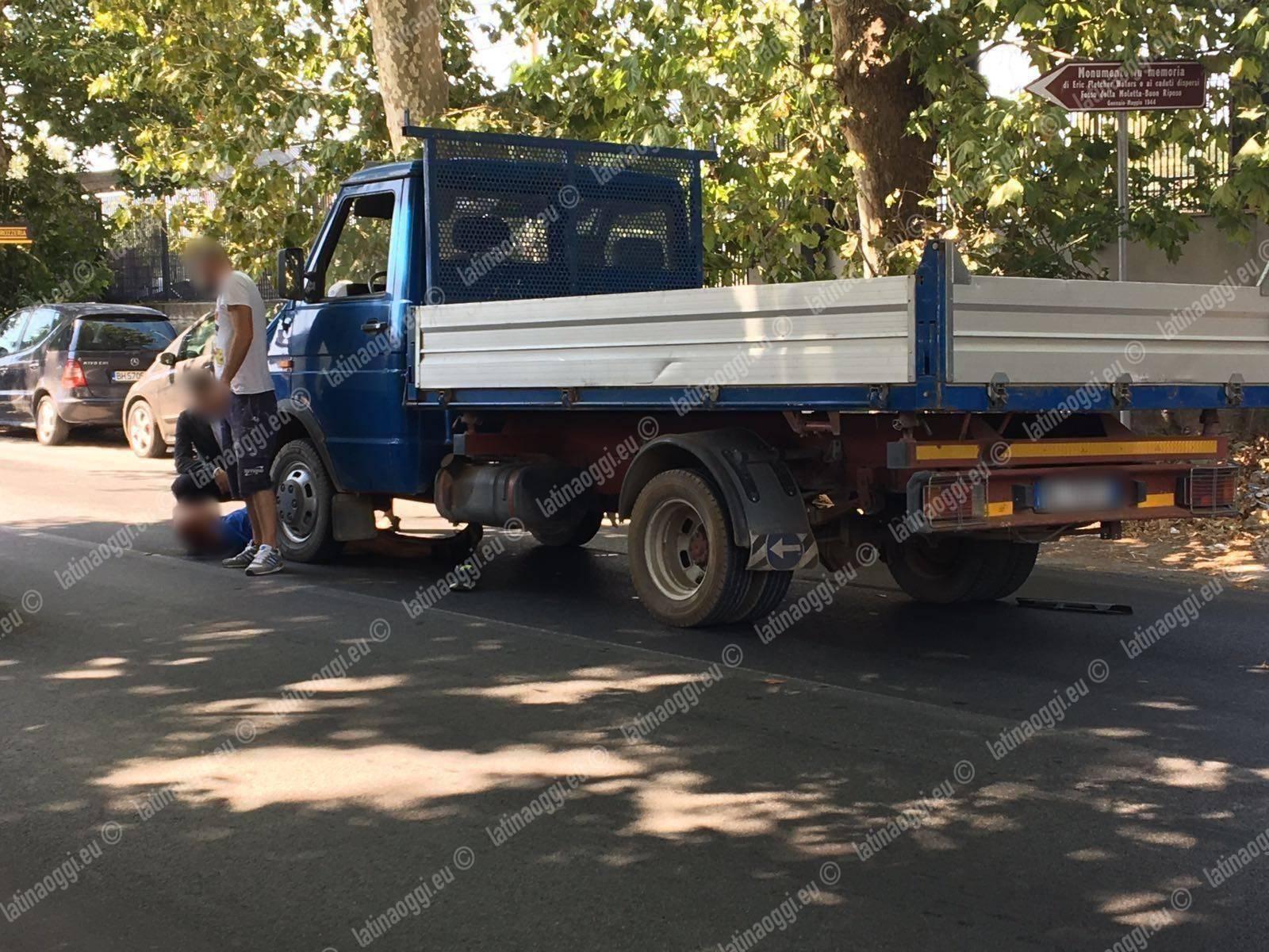 Camion investe padre e figlio, la Nettunense chiusa per l'arrivo dell'eliambulanza