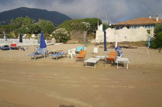 Lo Sdraio O La Sdraio.Lettini Sdraio E Ombrelloni Confiscati In Spiaggia Disposto Lo