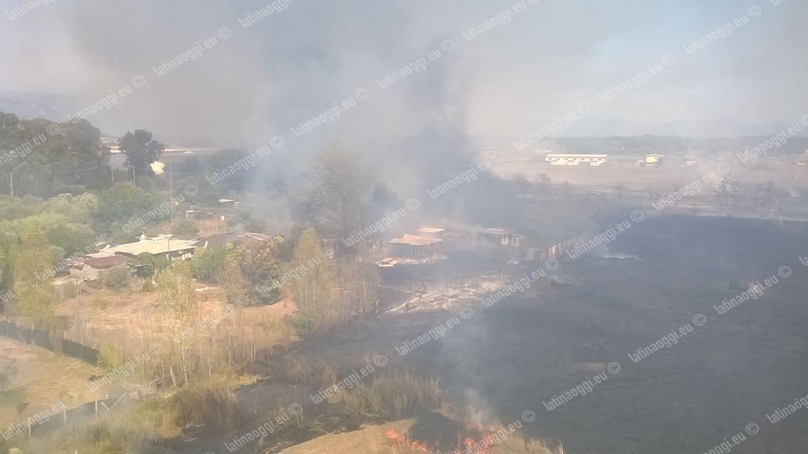 Incendio in un capannone a Latina, le fiamme partite dalle sterpaglie vicine