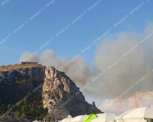 Inferno di fuoco a #Terracina, le fiamme sfiorano le abitazioni