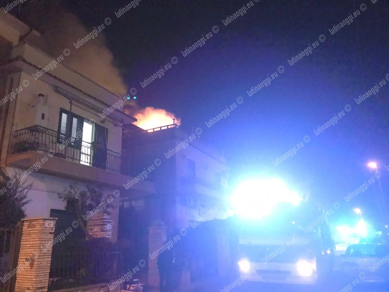 Divampa un incendio all'interno di un appartamento, paura per i residenti in via Monviso