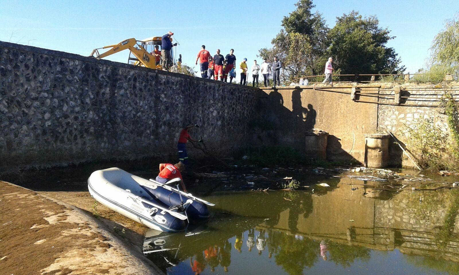 Foto decine di volontari al lavoro per ripulire il letto - Letto di un fiume ...