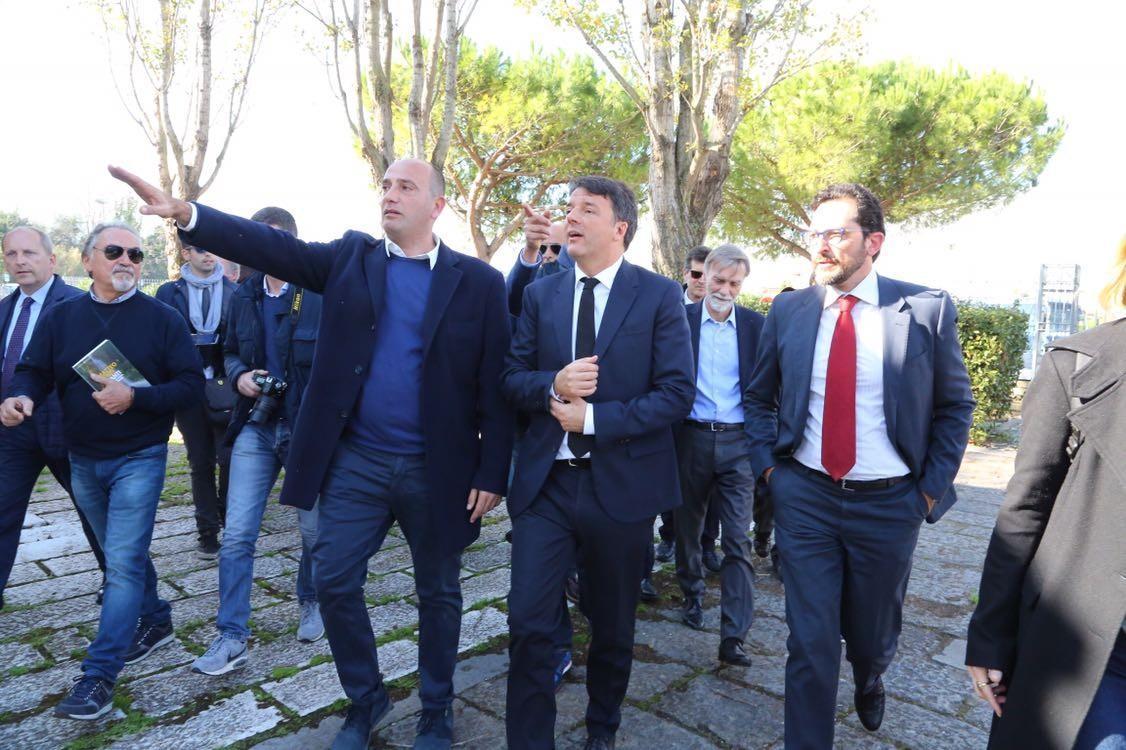 Renzi arriva alla stazione di Minturno-Scauri con il tour