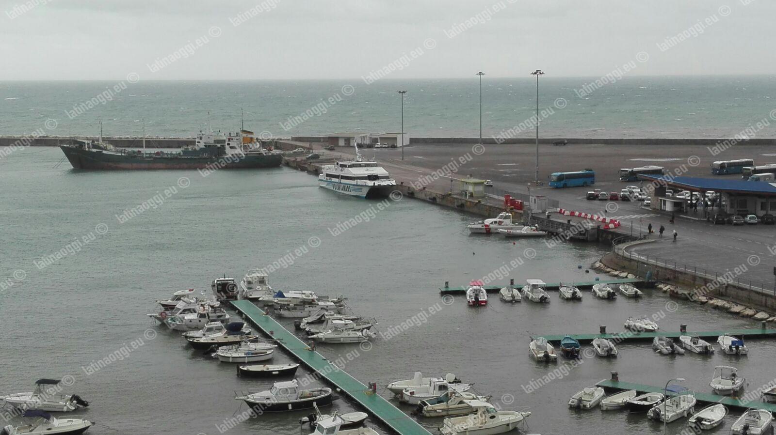 Maltempo, un aliscafo in balia del mare imbarca acqua: danni e paura