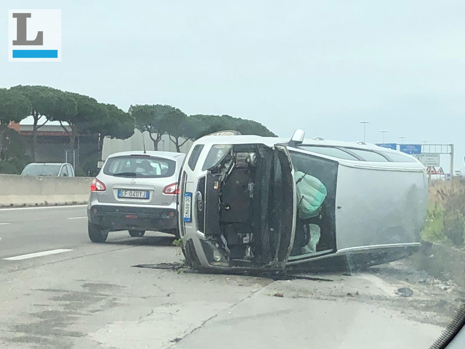 Incidente davanti ad Aprilia 2, una Ford si ribalta sulla carreggiata