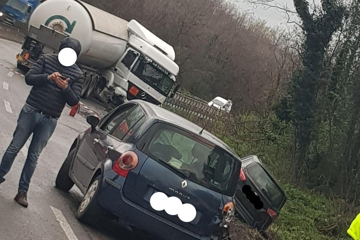 Incidente verso Roma, coinvolto un camion cisterna GPL e altre auto: disagi