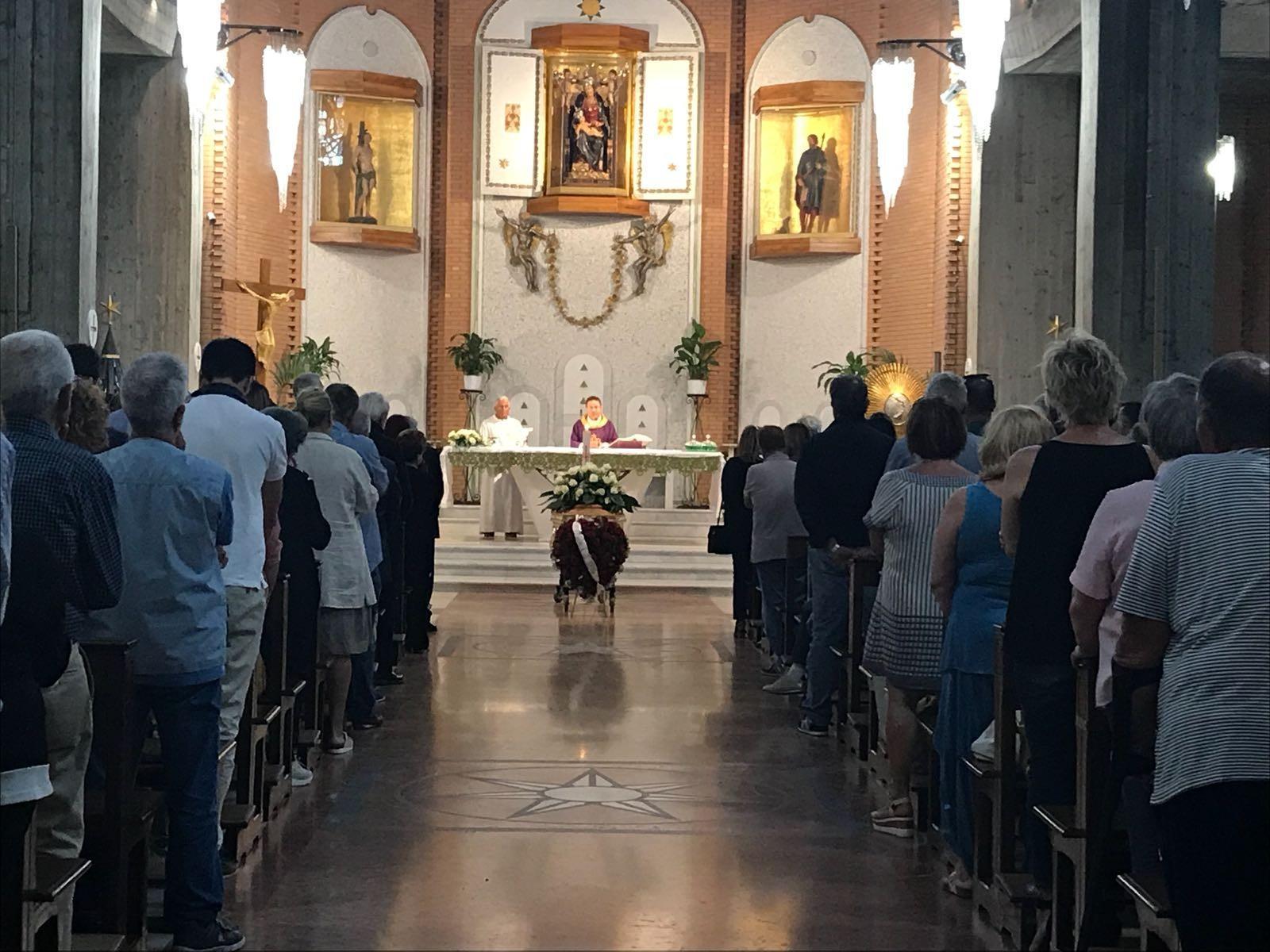 Molinari Tavoli E Sedie.Nettuno Politica Chiesa Gremita Per Funerali Gianni Molinari