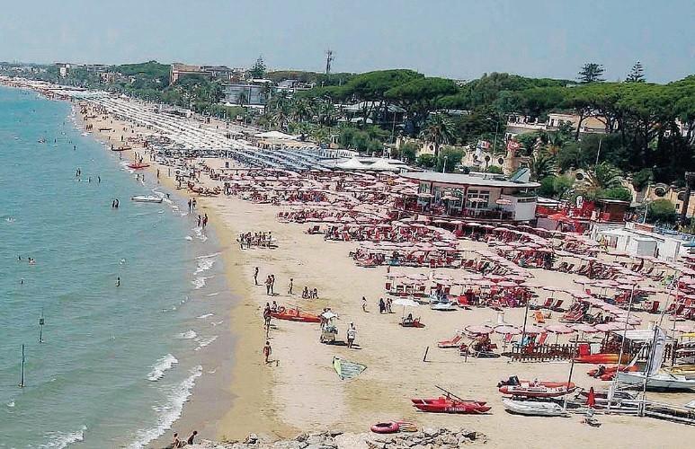 Matrimonio Spiaggia Terracina : Terracina abuso in spiaggia denunciati titolari di