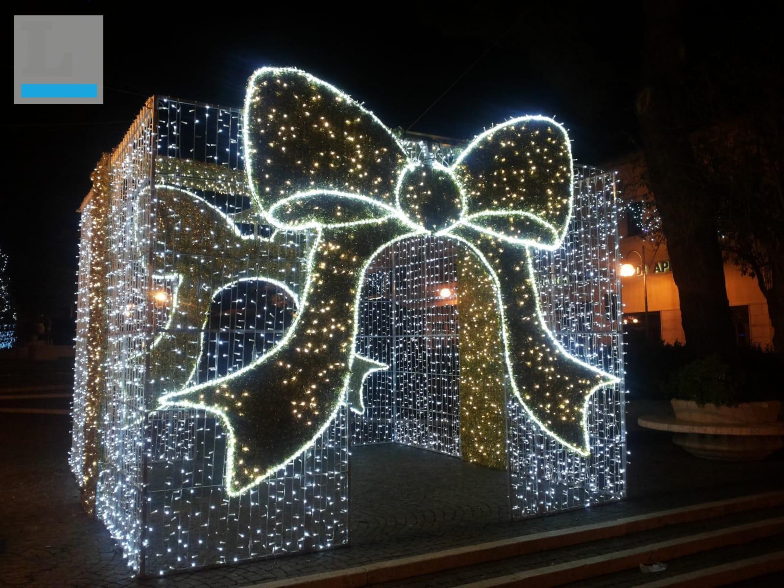 Babbo Natale 8 Dicembre Roma.Aprilia Prime Luminarie In Citta In Piazza Roma Arriva Il
