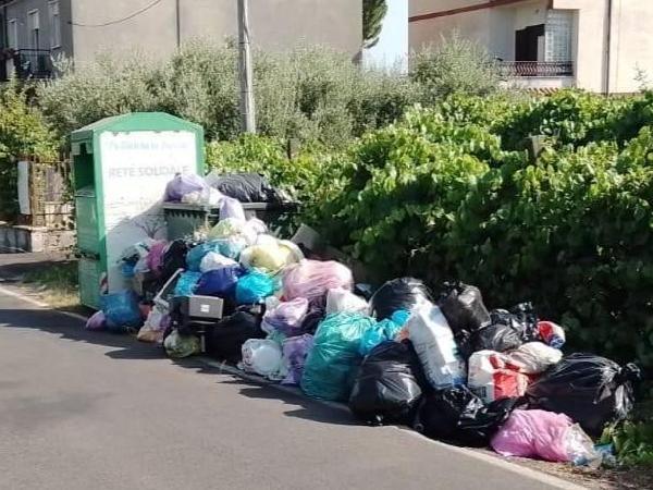 Troppi rifiuti riversati in strada, disposta la chiusura di via Marconi