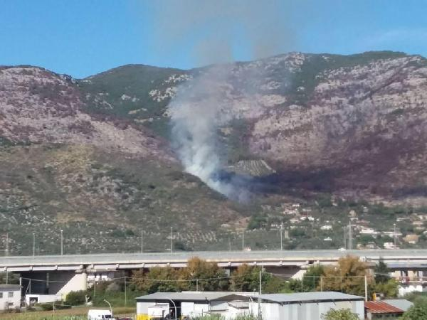 Incendio in collina a Terracina (foto Ivano Giuliani)