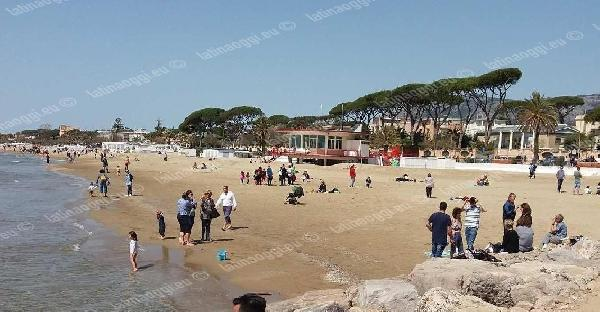 Domenica affollata a Terracina per le temperature quasi estive. Lungomare preso d'assalto