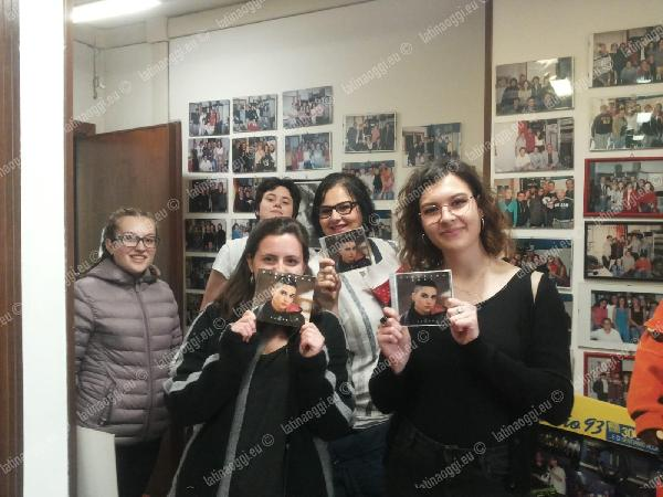 Alcuni fan in radio con la copia dell'ep