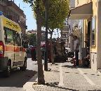 Incidente in centro, auto si ribalta e finisce sul marciapiede